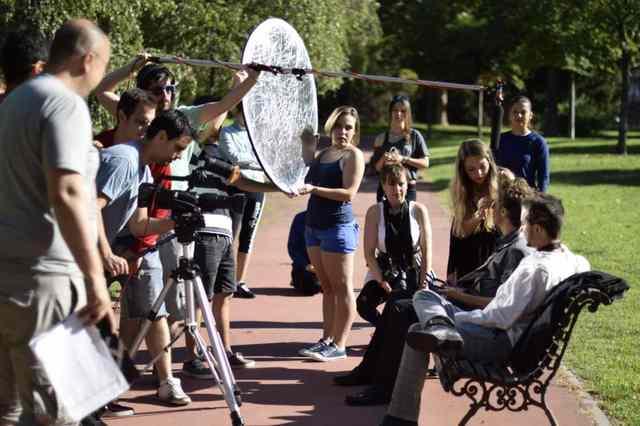 alumnos del curso de cine de metropolis rodando en exteriores